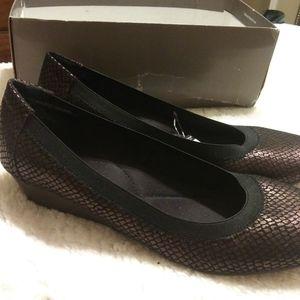 Jaclyn Smith Size 11  DK Brown w/ Black Trim Shoes